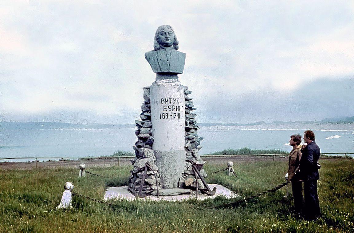 """Похоронен великий мореплаватель на острове Беринга в бухте Командор. На месте гибели Беринга стоит четыре памятника. Непосредственно на месте захоронения на сегодняшний день стоят железный крест высотой 3,5 м. У его подножия чугунная доска с надписью: """"1681-1741. Великому мореплавателю капитан-командору Витусу Берингу от жителей Камчатки июнь 1966 года""""."""