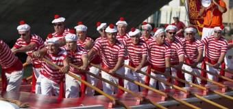 Моряки открывают парад гондол во время исторической регаты в Венеции