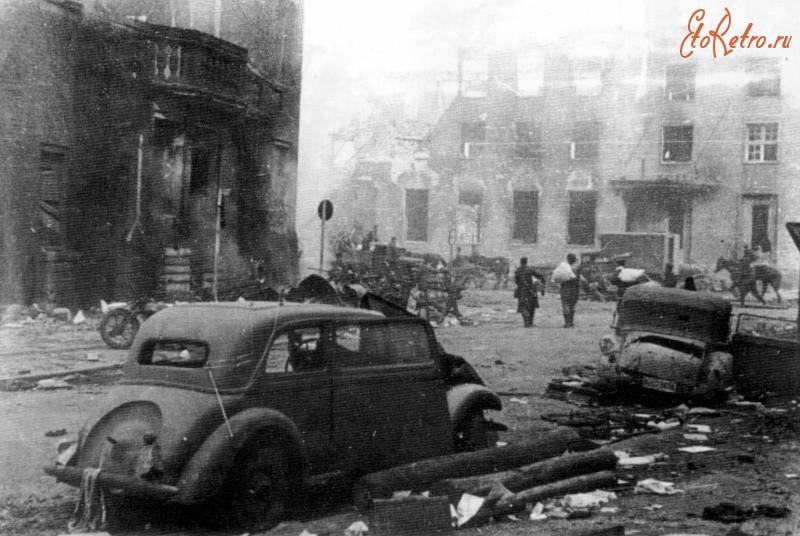 Разбитые автомобили на улице взятого штурмом Кенигсберга. Фото: http://www.etoretro.ru/