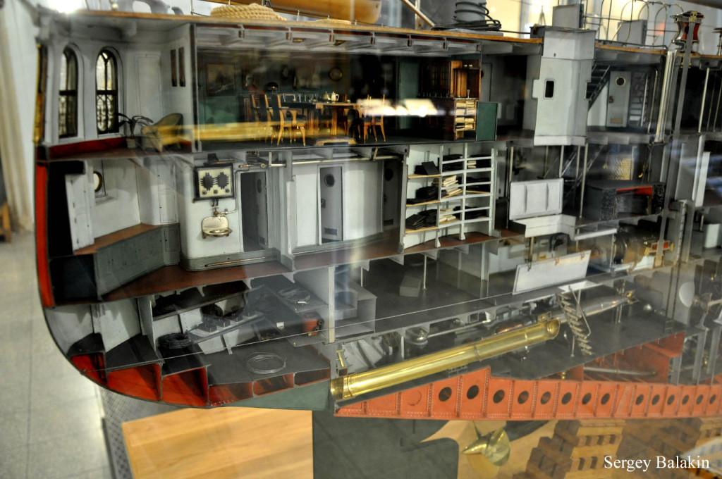 Кормовая часть линкора. Вверху - кают-компания и адмиральский салон (с фикусом!); внизу - латунный подводный торпедный аппарат