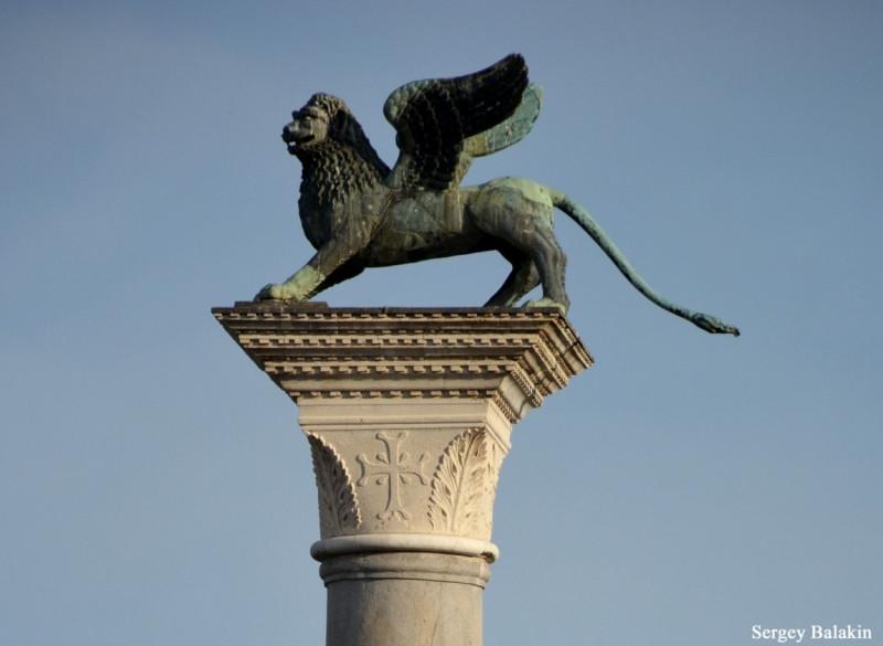 крылатый лев крупно