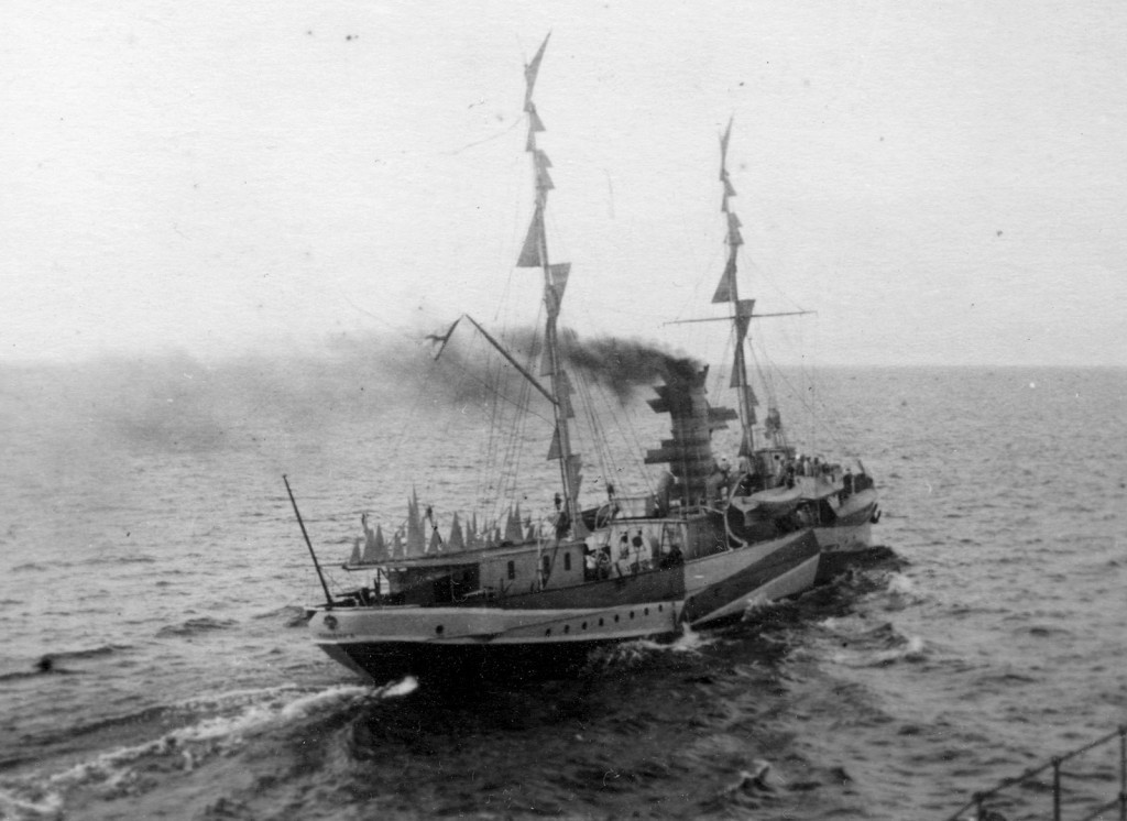 Сторожевой корабль («крейсер пограничной стражи») «Кондор» в «иллюзорной» окраске с искажающими силуэт наделками, 1915 г.