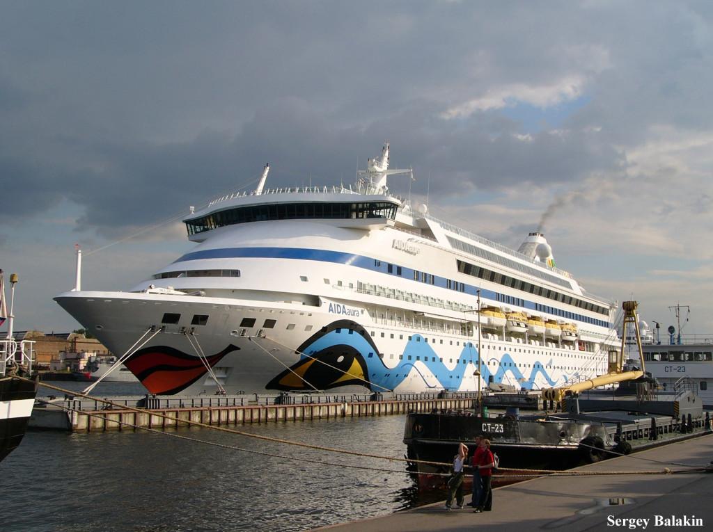 «AIDAaura» в Санкт-Петербурге. По нынешним меркам этот лайнер валовой вместимостью 42 289 брт уже считается небольшим