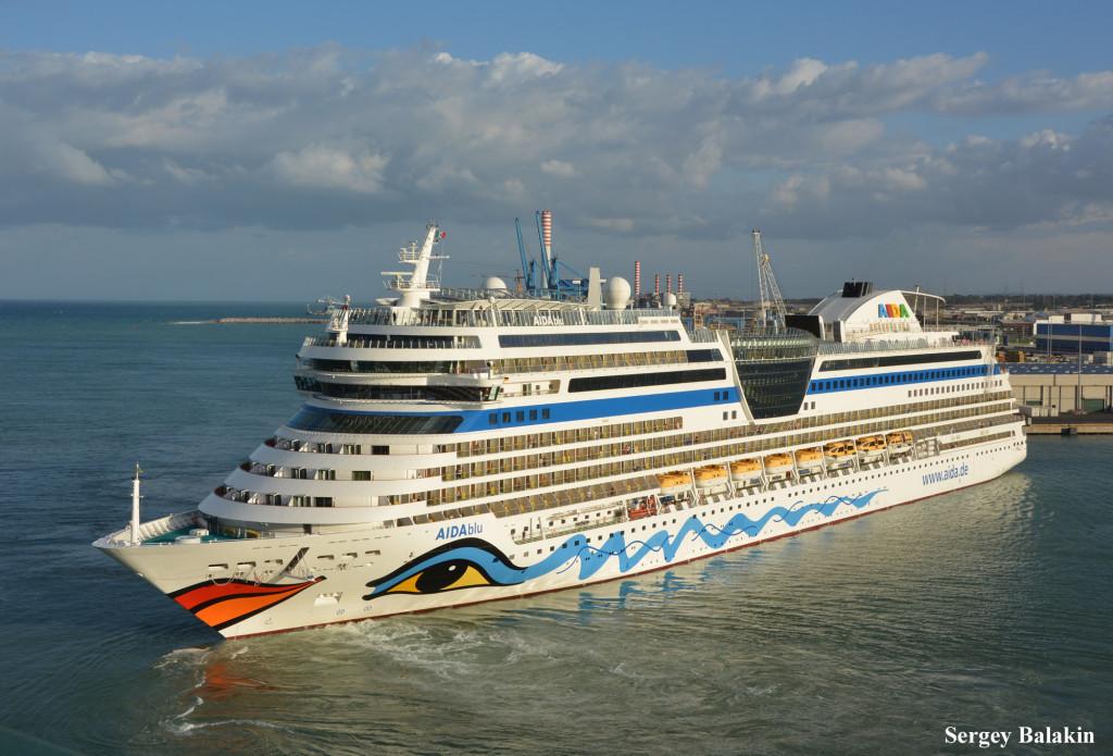 «AIDAblu» в акватории порта Чивиттавеккья. Это судно, однотипноt с «AIDAsol», построено в 2010 г.