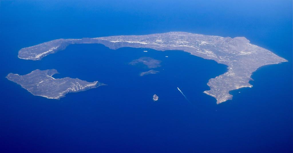 Остров Санторини. Когда-то он был почти круглым, но после катастрофы на месте взорвавшегося вулкана образовалась огромная воронка-кальдера диаметром около 10 км