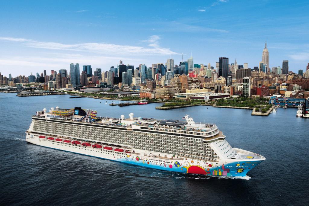 Новый лайнер-гигант «Norwegian Breakaway» в Нью-Йорке. Это судно тоннажем 145 655 брт было введено в эксплуатацию в 2013 г.