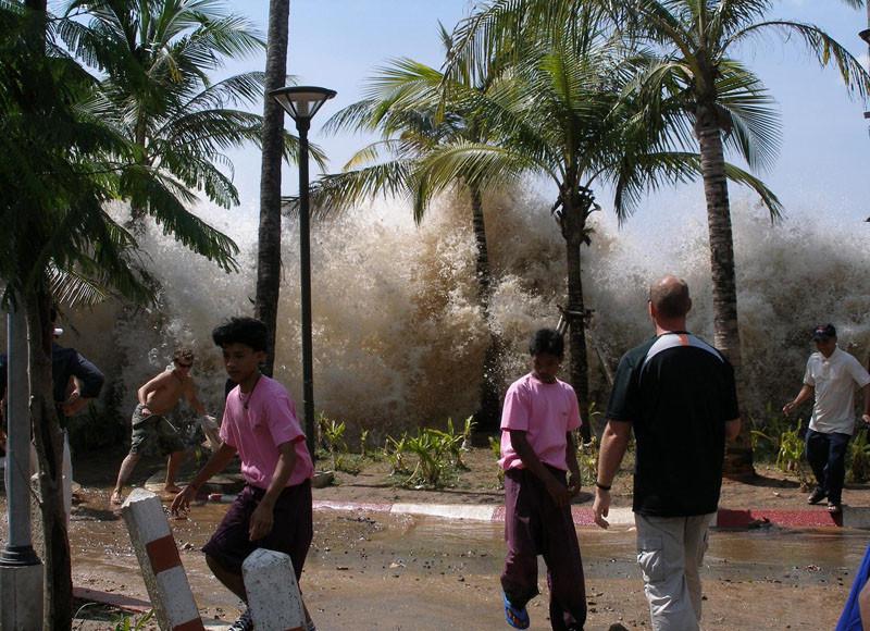 Волны цунами на набережной в Таиланде, 26 декабря 2004 г. Автор фото - David Rydevik