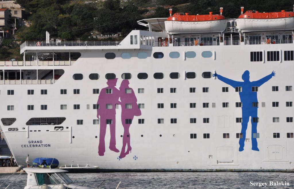Круизный лайнер «Grand Celebration» (1987 г., 47 262 брт) испанской компании Ibero Cruceros украшают фигуры радостных отпускников:)