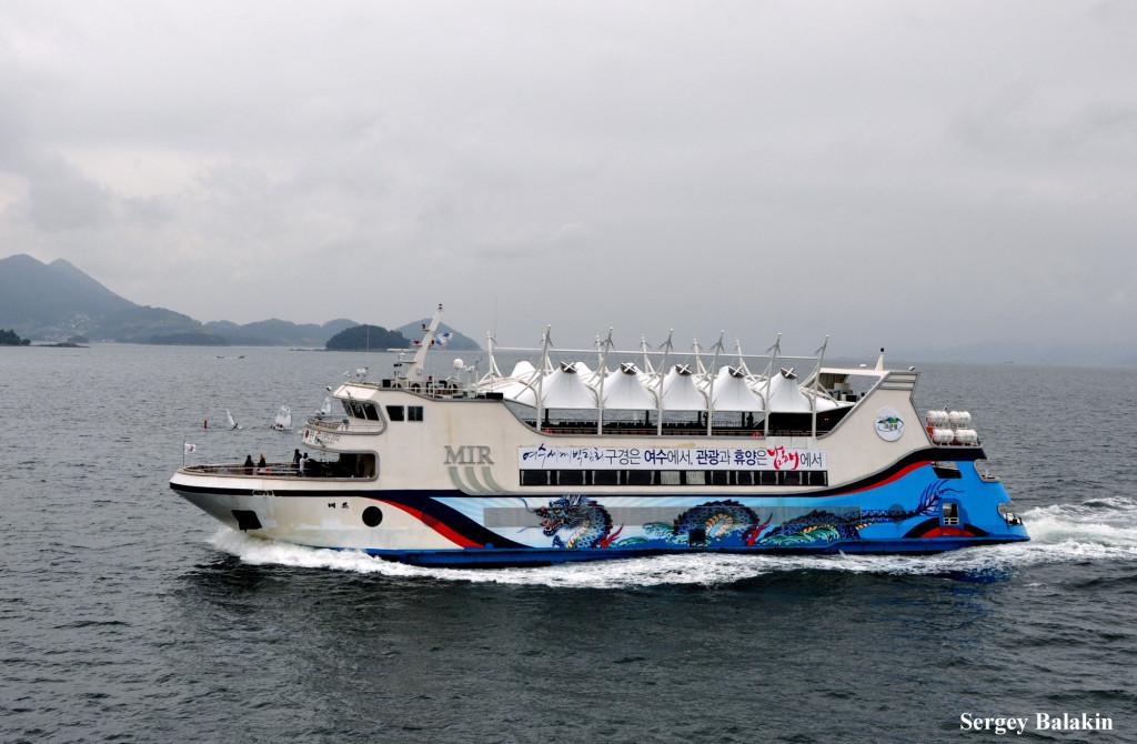 А этот южнокорейский паром с несколько неожиданным названием «Mir» несёт на борту красочное изображение восточного дракона. В вечернее время судно украшает яркая разноцветная иллюминация.