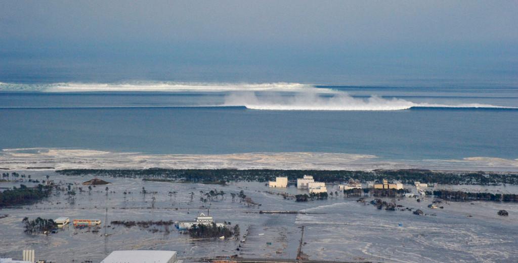 Приближающиеся волны цунами, 11 марта 2011 г.