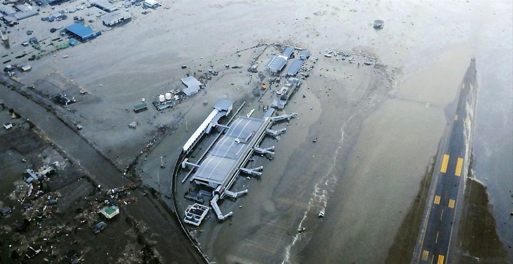 Затопленный аэропорт города Сендай