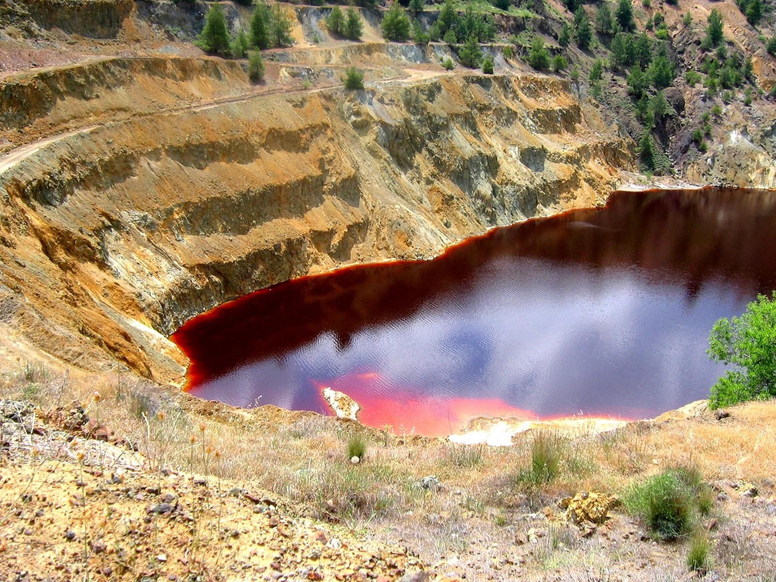 Красное озеро на острове Кипр.