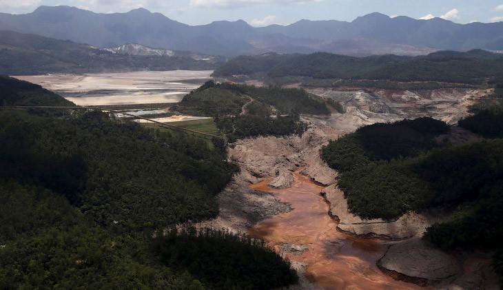 Место прорыва плотины в Бразилии, откуда токсичная грязь вырвалась наружу, 10 ноября 2015