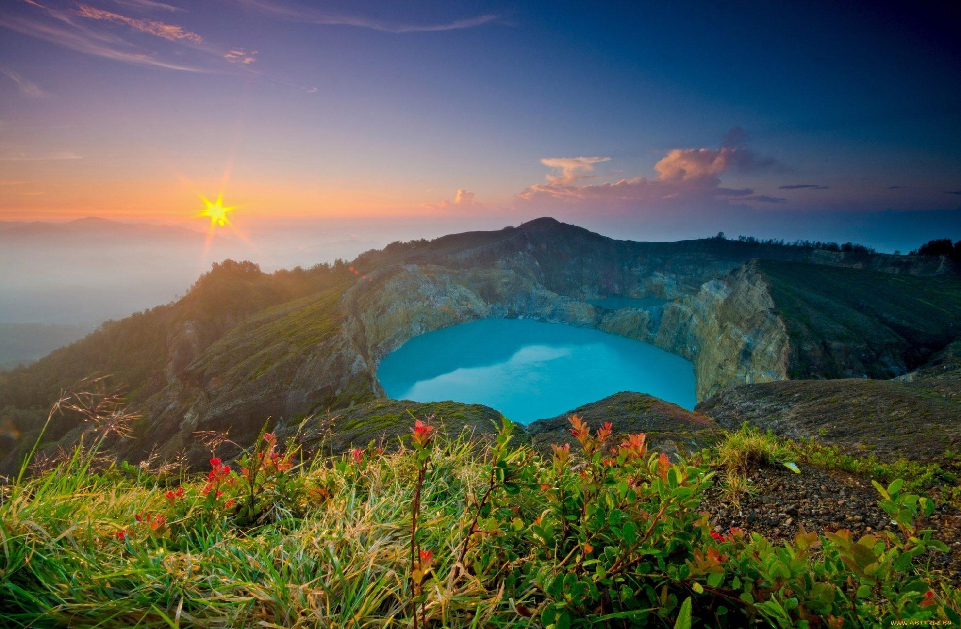 Закат на цветных озерах вулкана Келимуту. Индонезия.