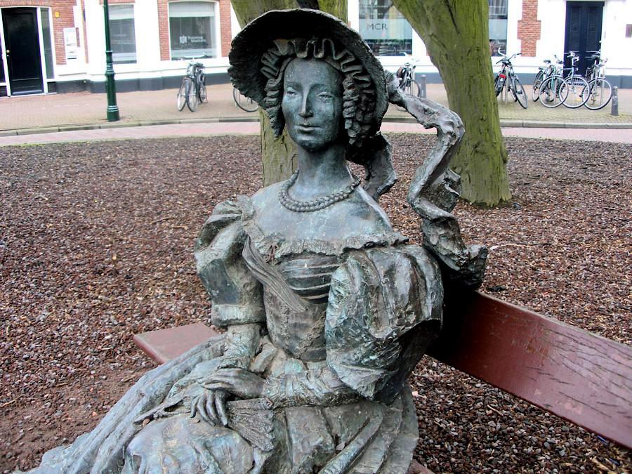 Памятник  Анне Павловне, созданный российским скульптором Александром Таратыновым и установленный в Гааге в 1999 году