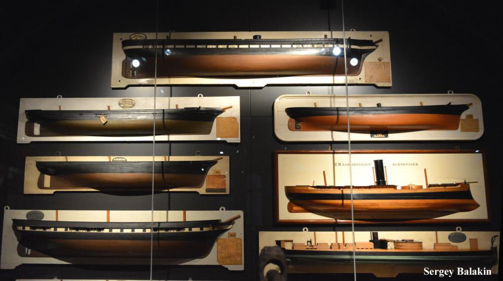 Полумодели кораблей голландского ВМФ в Рейксмузеуме (Rijksmuseum) в Амстердаме. Верхний экспонат – фрегат «Anna Paulowna» (1867 г.)