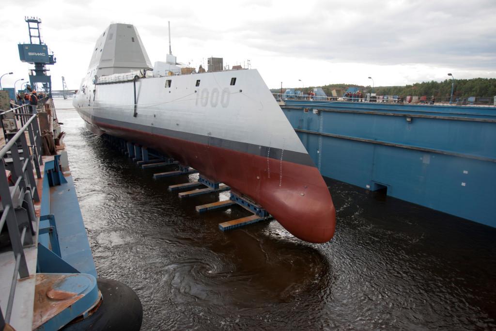 DDG-1000 «Zumwalt»: длина 182,9 м, полное водоизмещение 14 564 т, мощность энергетической установки с электродвижением 78 тыс. кВт, максимальная скорость 33 узла. Вооружение: две 155-мм дальнобойные артсистемы для стрельбы управляемыми снарядами, две 57-мм зенитные артустановки, 80 вертикальных шахт для ракет различного назначения, 2 вертолёта. Экипаж – всего 142 человека.