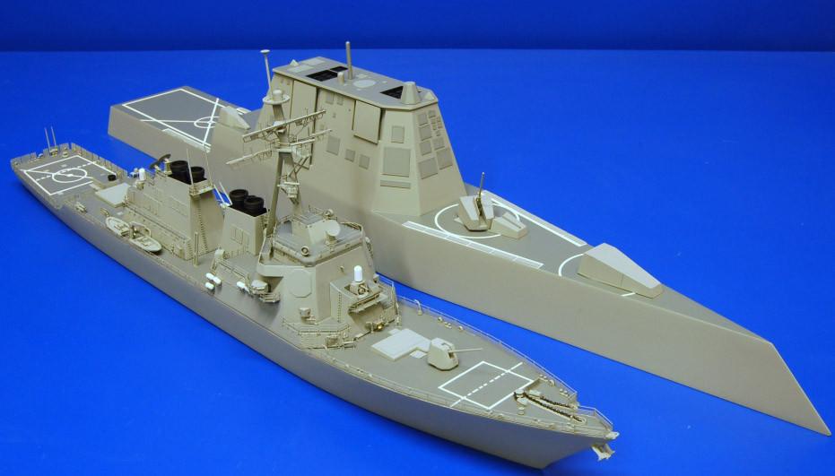 Модели эсминцев «Arleigh Burke» и «Zumwalt» в одном масштабе дают наглядное представление о размерах и пропорциях кораблей