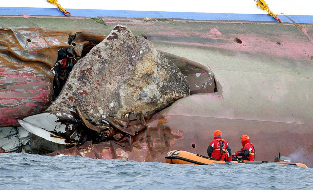 Огромный камень, застрявший в пробоине левого борта. 14 января 2012 г.