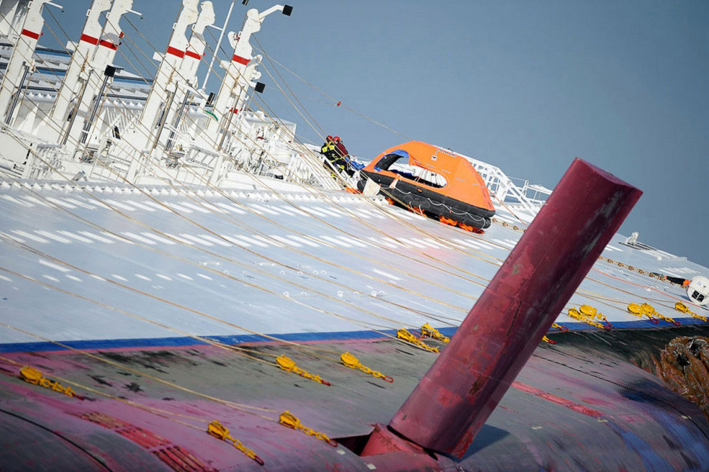 Левый борт лайнера. Видны шлюпбалки с опущенными талями и надувной плот спасателей. На переднем плане – плавник активного успокоителя качки