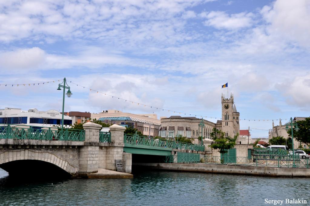 Каменный мост в Бриджтауне, построенный англичанами на месте индейской переправы и соединяющий жилые кварталы по обоим берегам реки. Когда-то он и дал название городу (Bridgetown – дословно «Город-мост»)