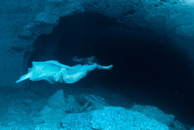 Фотография девушки в ордынской пещере на Ocean Media