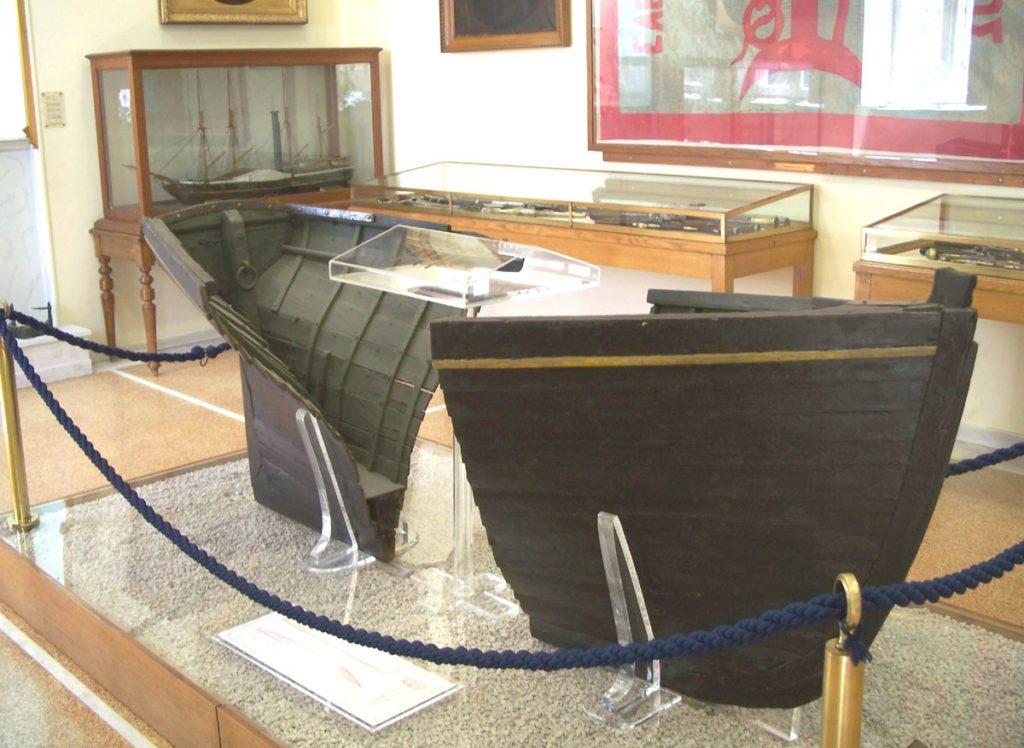 _ Обломки шлюпки фрегата «Эллас», на которой Миаулис добрался до берега после взрыва своего корабля, ныне хранятся в Национальном историческом музее в Афинах
