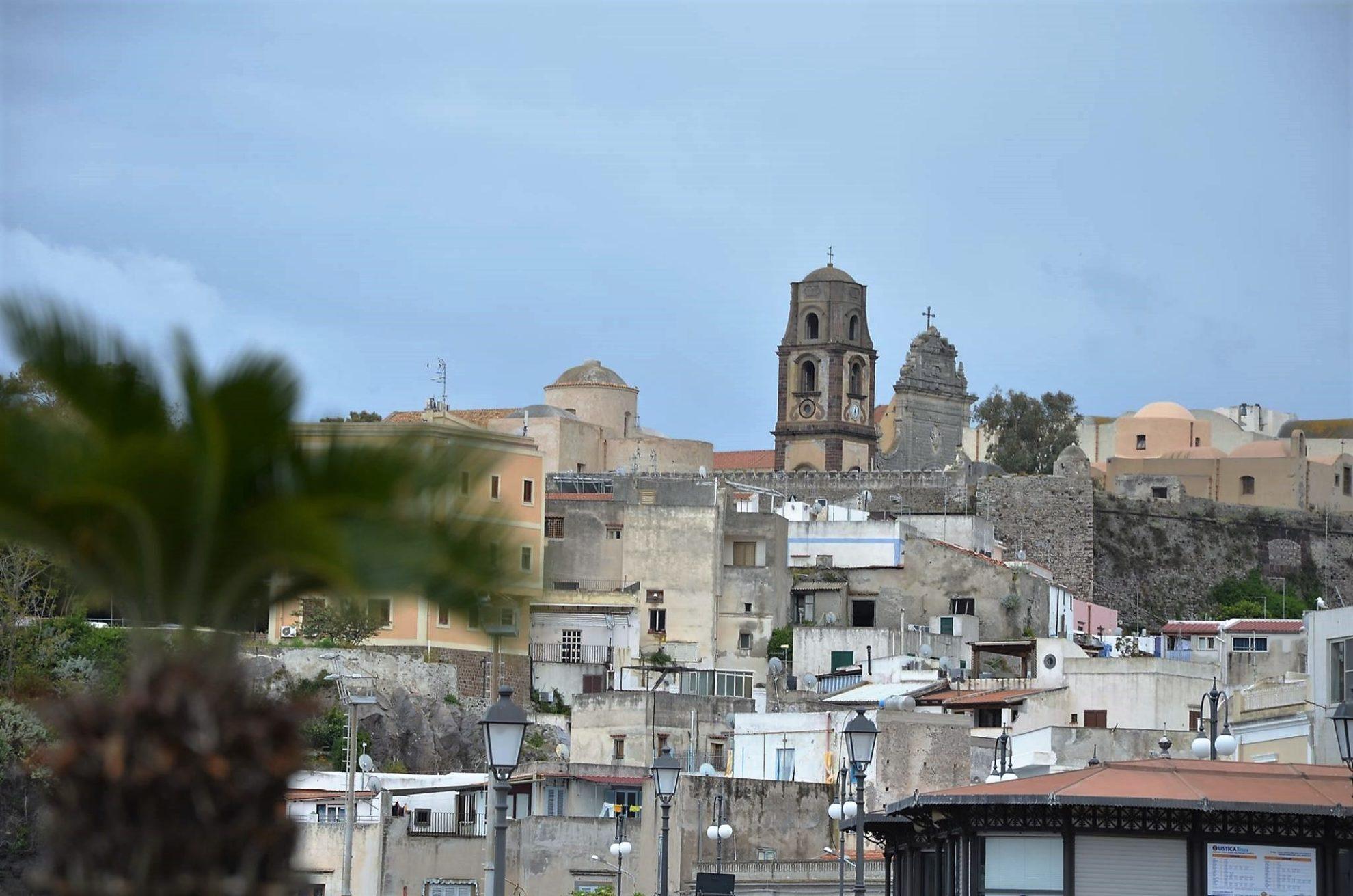 Вид на монастырь на острове Липари. Сицилия. регата OML 216. Фото А. Подколзин
