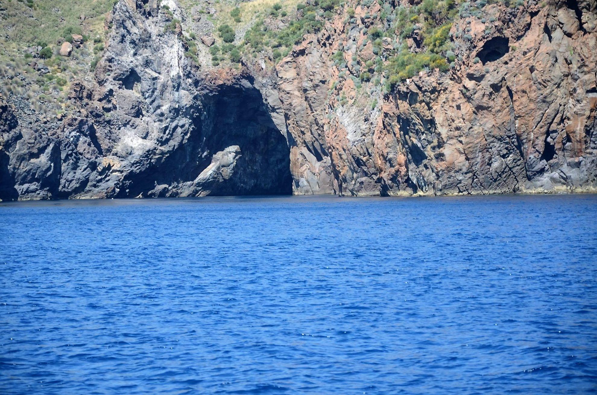 Возвращаемся. Скалы и гроты острова Липари. Сицилия. регата OML 216. Фото А. Подколзин