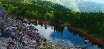 Фридайвер погрузился в воду озера на вершине сопки Ольховой