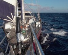 Яхта «Славянка», которая идёт из Турции во Владивосток, попала в сильный шторм