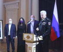 Главком ВМФ России открыл необычную фотовыставку в Адмиралтействе