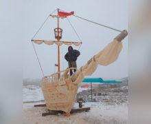 В Воронеже умельцы вырезали из дерева 10-метровый корабль