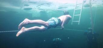 Россиянин Игорь Ажикин проплыл 100 метров подо льдом без гидрокостюма (видео)